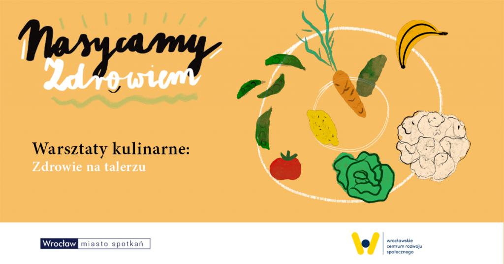na pomarańczowym tle z lewej napis Nasycamy zdrowiem z prawej narysowany talerz oraz kilka warzyw i owoców: banan, sałata, marchewka, pomidor, kalafior, groszek strączkowy