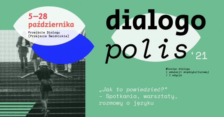 zielone tło, po lewej stronie czarno-biało zdjęcie osób na schodach w przejściu świdnickim - nad zdjęciem informacja: 5-28 października Przejście Dialogu (Przejście Świdnickie), większą część grafiki u góry zajmuje słowo dialogo polis '21 i podtytuł Spotkania, warsztaty, rozmowy o języku